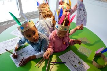 børn tegner ved dialogbord i børnehave