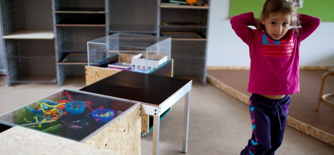 værksted i Carls Børnehus, Odense indrettet med fleksible arbejdsborde i alu samt materialevogne med plads til udstilling.