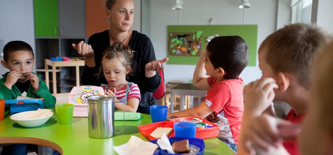 spisesituation i Carls Børnehus, Odense. Dialogbordet kan bruges til mange ting.