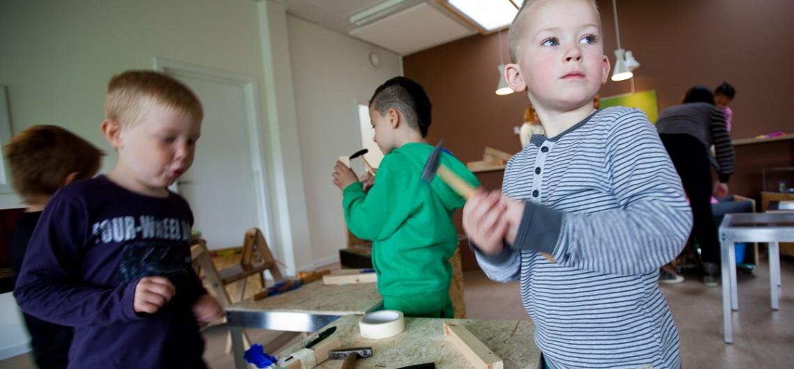børn arbejder i værkstedet i Carls Børnehus, Odense. Fleksibelt Arbejdsbord i alu