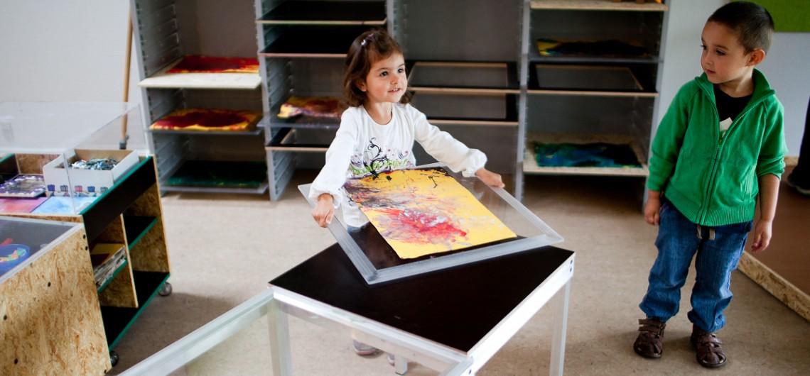 børnene er selvhjulpne i Carls Børnehus i Odense. Værksted indrettet med arbejdsborde i alu samt materialevogne