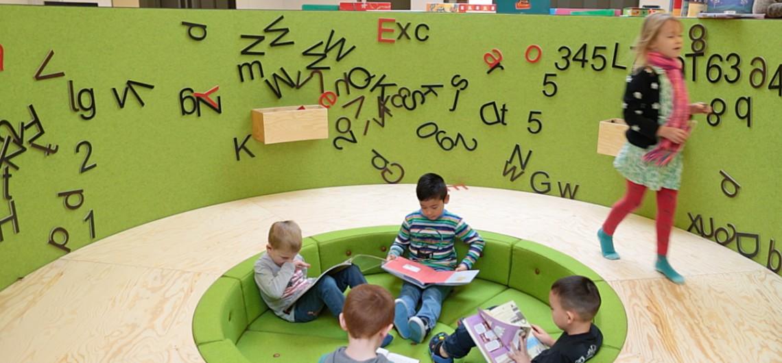 bibliotek på den internationale skole i billund. Magnet-bogstaver kan leges med på indersiden. bøger kan udstilles på ydersiden