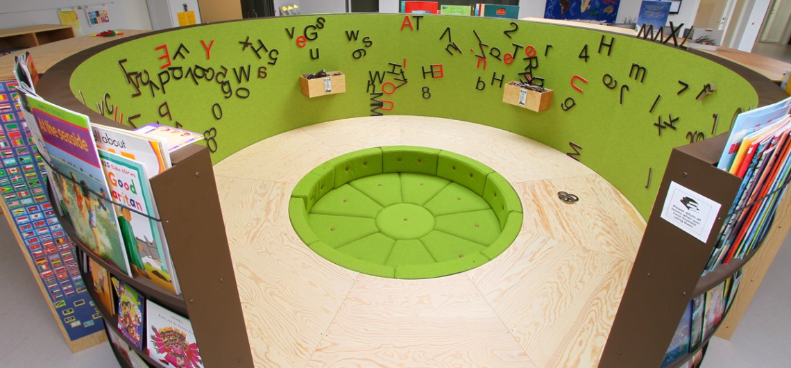 bibliotek/læringscenter på den internationale skole i billund. Magnet-bogstaver kan leges med på indersiden. bøger kan udstilles på ydersiden
