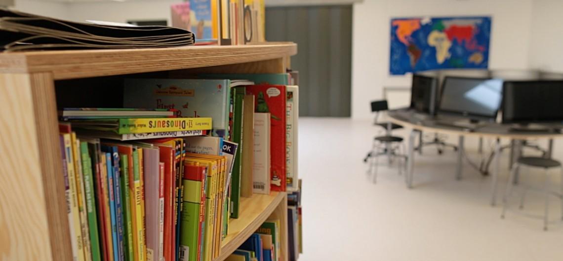 bibliotek-læringscenter på den internationale skole i billund. Magnet-bogstaver kan leges med på indersiden. bøger kan udstilles på ydersiden