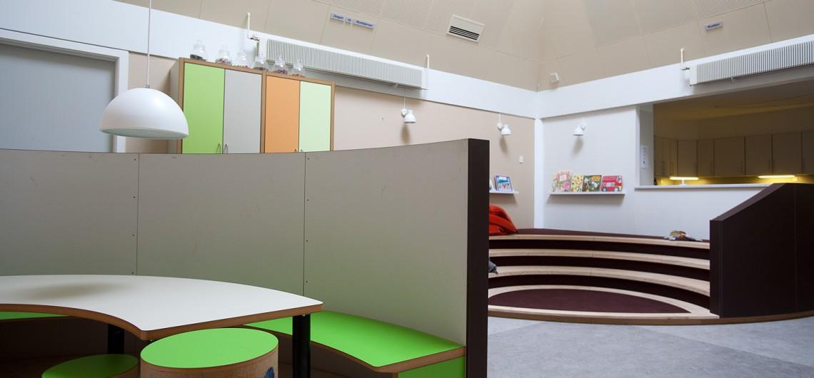 kreativt læringsrum og fortælletrappe i Børnehuset bjørnemosen. Gør børn selvhjulpne
