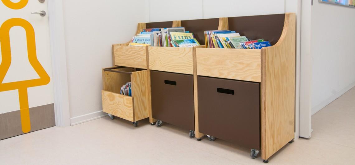 bogvogne og bogkasser på biblioteket. læringscenter på den internationale skole i billund