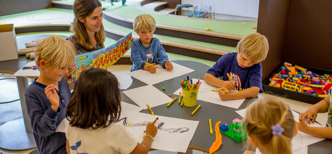 Børn tegner på den Internationale Skole i Billund