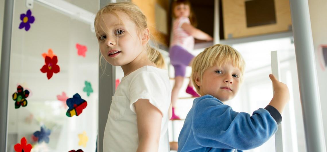 børn leger i hule på Den Internationale Skole i Billund