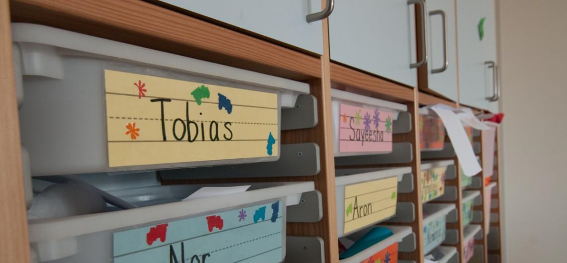 Reol indrettet med ikea kasser. Børnehaven på den internationale skole i billund.