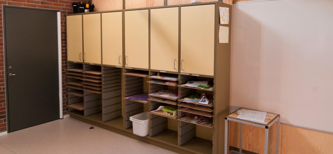reol indrettet med igangværende projekter. kreativt læringsrum, Hands On på Den Internationale Skole i Billund