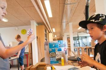 KH-forløb på Engum Skole. Taburetter udsmykkes med collage af billeder. Dekupage