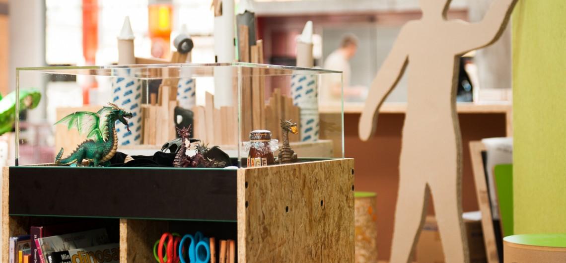 Materialevogn til børn indrettet med udstilling.