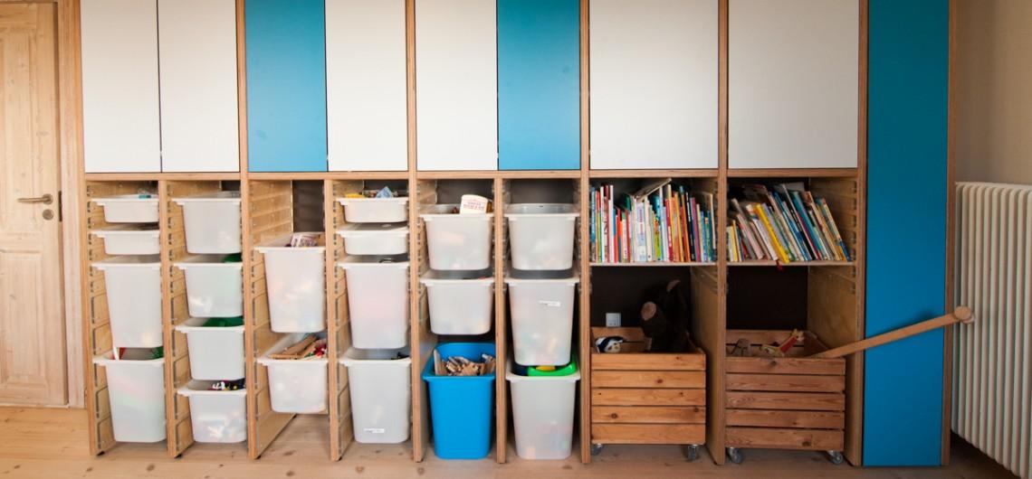 reol indrettet med kasser fra ikea og plader fra palmelund arbejdsborde.