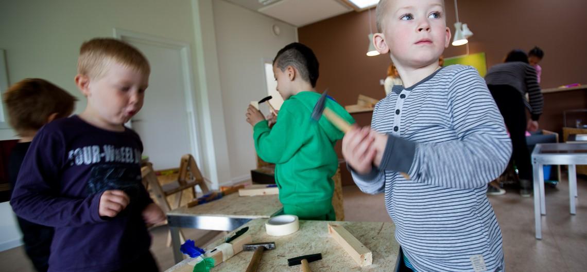 Fleksibelt arbejdsbord i børnehave. Gør børn selvhjulpne.
